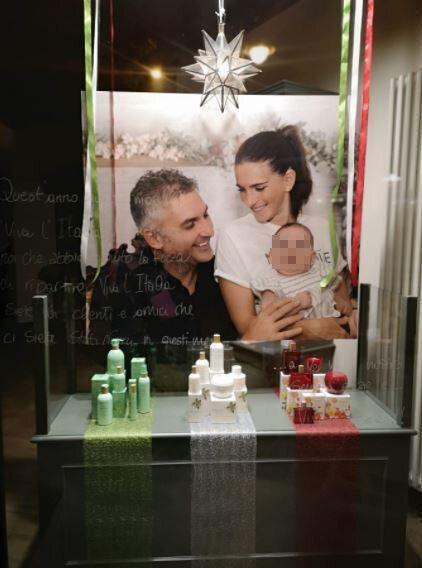 La foto apparsa dietro la vetrina del negozio di Valentina, la moglie di Mattia Maestri, il paziente...