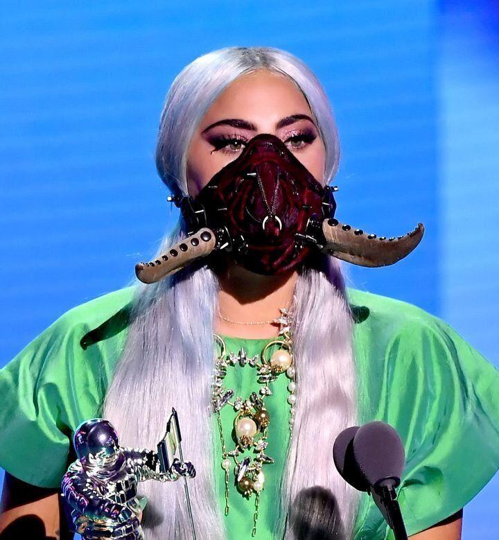 「Rain On Me」で最優秀楽曲賞を受賞して、ステージに立つガガ