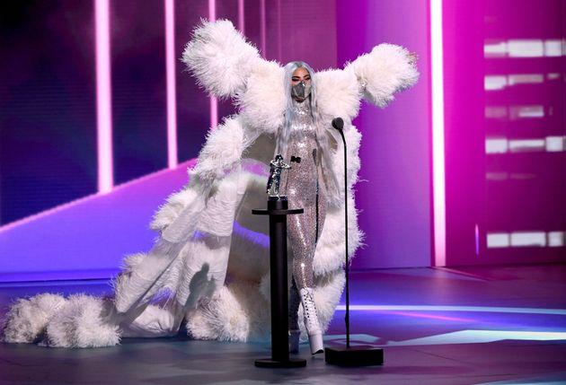 Οι εμφανίσεις της Lady Gaga με μάσκα που έκλεψαν την παράσταση στα Βραβεία