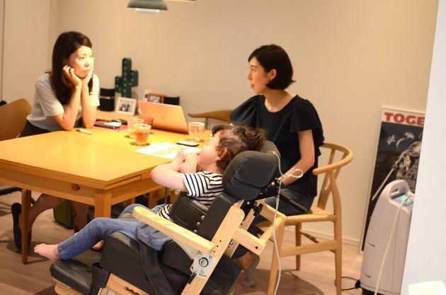 江田純子さん、菜々実さんと話す金澤さん(写真左奥)