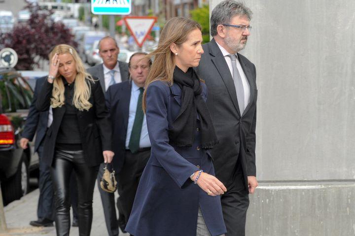 Leticia Sabater, detrás de la Infanta Elena, en funeral de Fernando Moreno de Borbón el 17 de mayo de 2011.