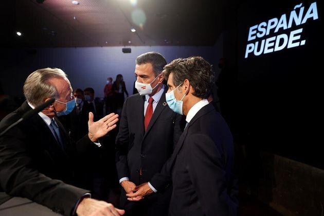 El presidente del Gobierno, Pedro Sánchez (c) conversa con el presidente de la Fundación La Caixa, Isidre...