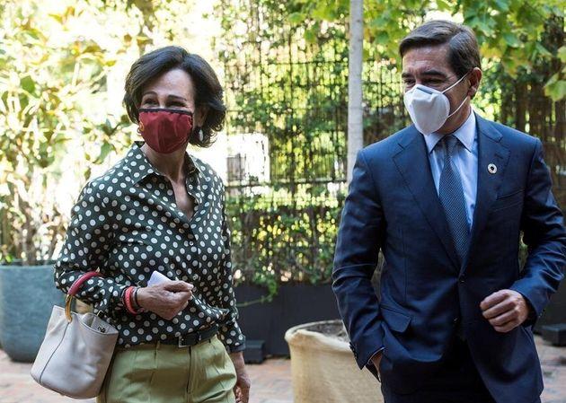 La presidenta de Santander, Ana Botín y el presidente del BBVA, Carlos Torres, entran al
