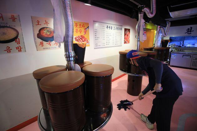 강화된 사회적 거리두기 조치로 오후 9시부터 수도권 음식점 등의 매장영업이 제한된 8월 31일 오후 서울 강남구 논현동의 한 음식점에서 직원이 영업을 마친 매장을 정리하고