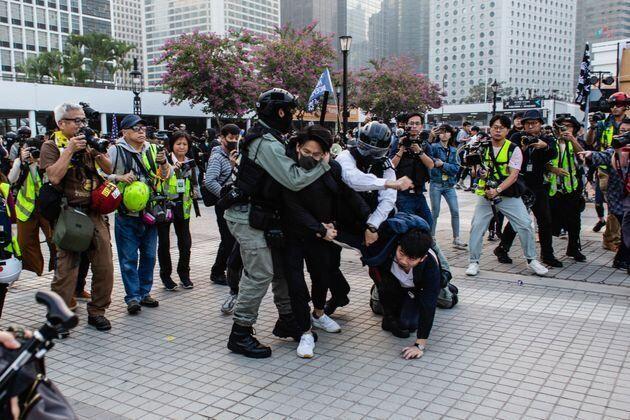 警官に取り押さえられる香港のデモ参加者(2019年12月)