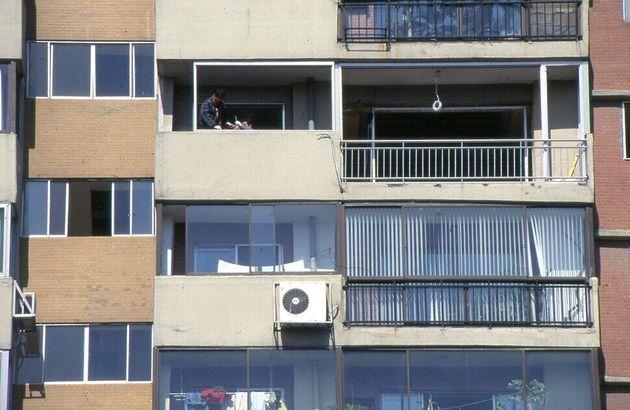 압구정 현대아파트의 어느 집을 손질하고 개축하는 모습이다. 1999년에 이진홍 기자가 찍었으나 지면에 실리지 않은 사진이다. 아파트 재건축으로 한몫 잡으려는 생각은 가난한 동네도 부자...