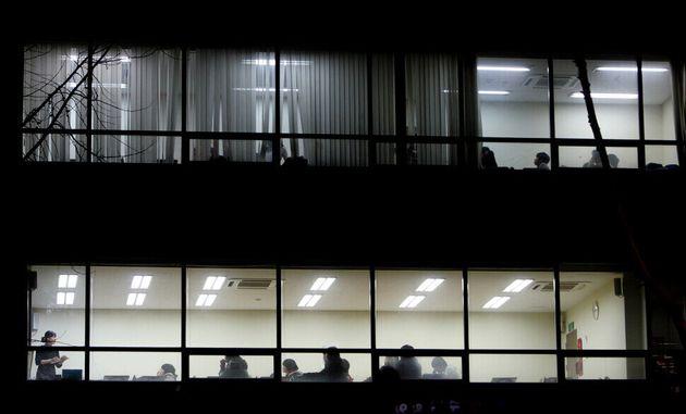 """2008년 2월의 한밤중에 서울 대치동 학원가에서 이종근 기자가 찍은 사진이다. 숨이 콱 막히는 것 같다. 2005년 7월의 한겨레 기사에는 이런 문장이 있다. """"밤 10시, 학원..."""