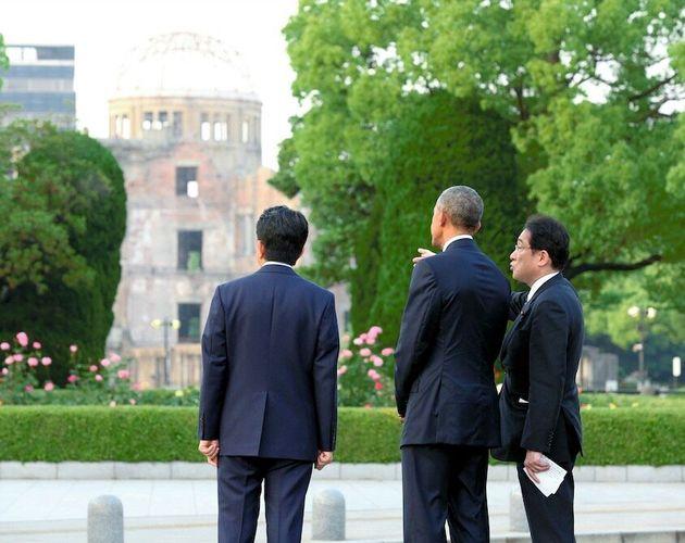 岸田文雄外相(右端)から原爆ドームの説明を受けるアメリカのバラク・オバマ大統領(いずれも肩書きは当時)。左は安倍晋三首相=2016年5月27日、広島市の平和記念公園[代表撮影]