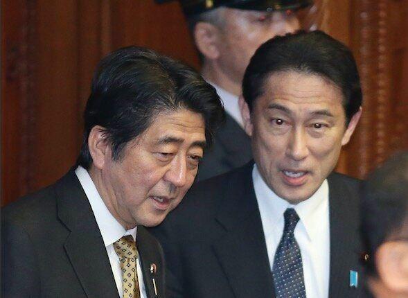 安倍晋三首相(左)と岸田文雄外相(右、肩書きは当時)=2014年2月28日、国会内