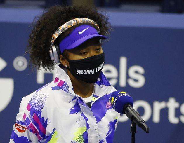 大坂なおみ選手。「ブレオナ・テイラー」と書かれたマスクをつけて入場した。