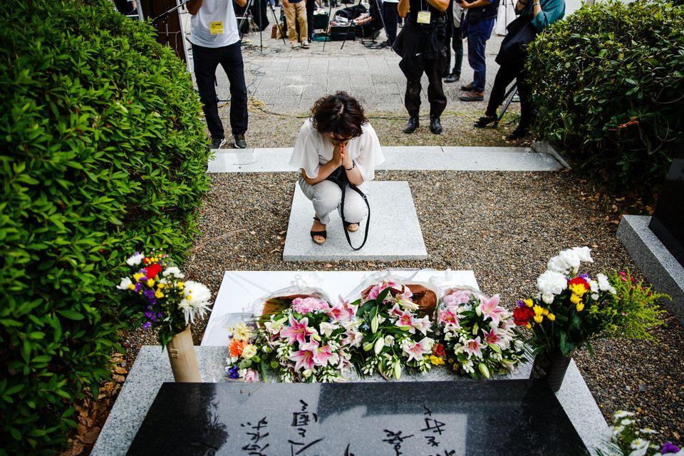 朝鮮人犠牲者追悼碑の前で手を合わせる女性