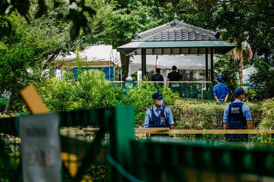 朝鮮人犠牲者追悼式典から見えた「そよ風」の集会。2つの会場はフェンスで区切られ、間には警察官が立っていた