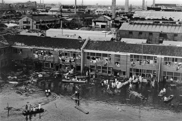 伊勢湾台風の影響で床上浸水した名古屋市内の小学校(愛知県名古屋市)[米空軍提供]