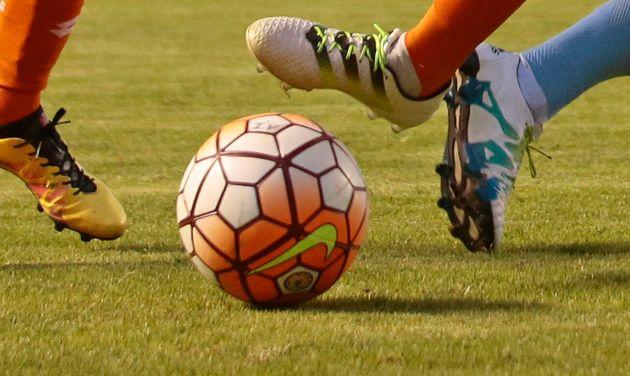 Sergio Lopez a embrassé le ballon après la victoire de son équipe, vendredi 28