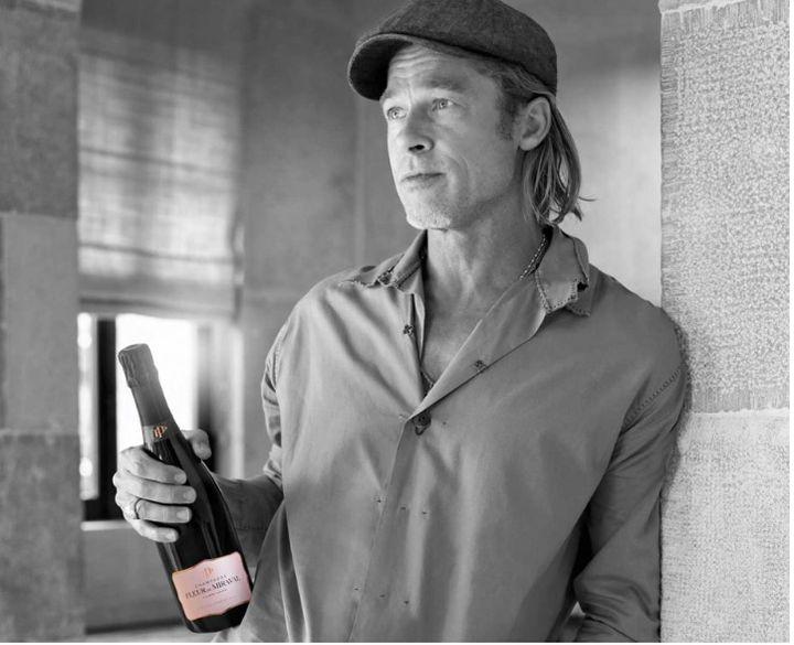 Ο Μπραντ Πιτ κρατώντας την Fleur de Miraval rosé Champagne
