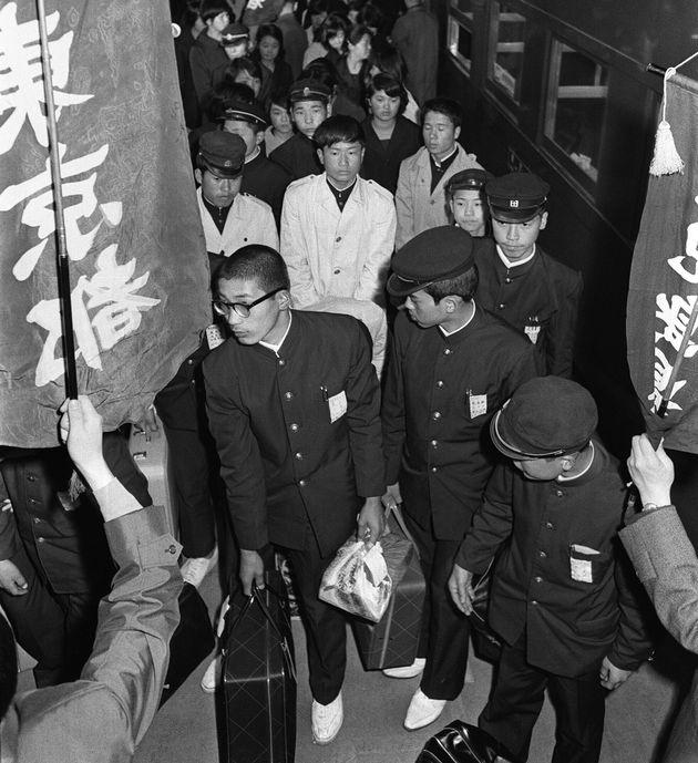 資料写真:集団就職列車で東京駅に着いた鹿児島県、熊本県の中卒者(1967年3月19日撮影)