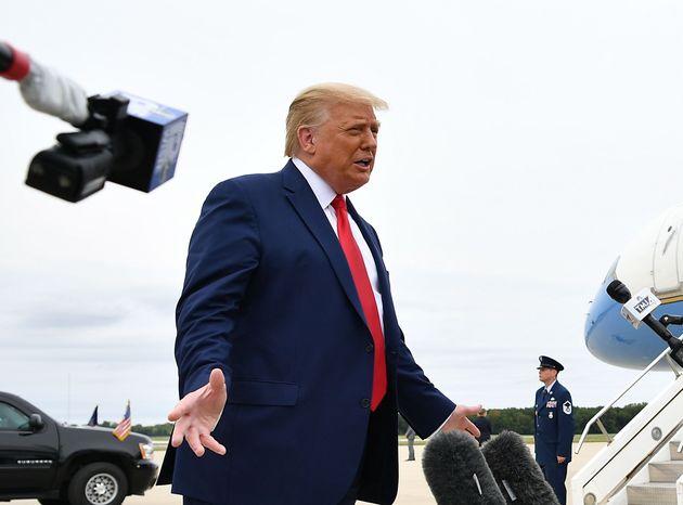 Donald Trump parle avec la presse avant de monter à bord d'Air Force One, le 1er septembre 2020,...