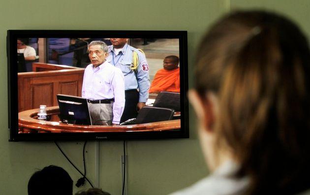 Au Cambodge, Douch, tortionnaire khmer rouge, est mort à 77 ans (Photo: une journaliste regarde...