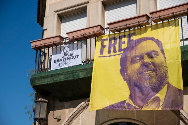Una vista de un balcón con una pancarta enSant Vicenc dels Horts (Barcelona), el pasado...