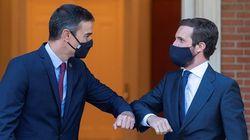 Mascarilla, codazo y distancia: las imágenes de la reunión entre Sánchez y