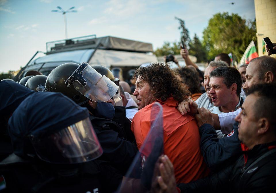 Βουλγαρία: Εικόνες από την τεράστια διαδήλωση κατά της κυβέρνησης - Συμπλοκές με την