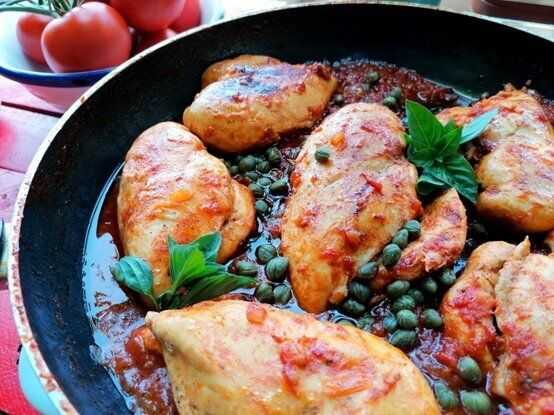 Κοκκινιστά φιλέτα στήθος κοτόπουλο με κάππαρη