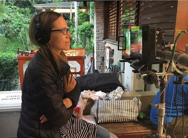 A cineasta Sandra Kogut no set de filmagens de