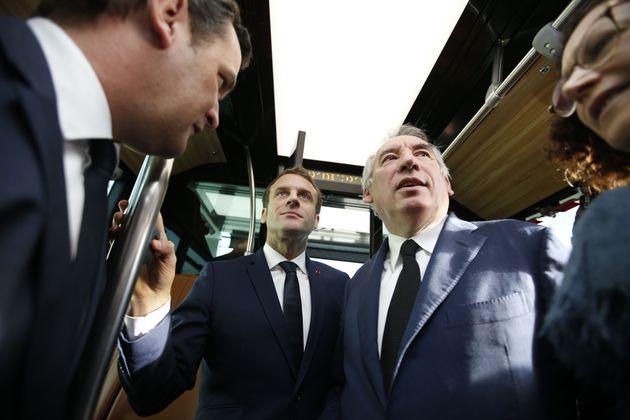 Emmanuel Macron et le maire de Pau François Bayrou assistent à une présentation...