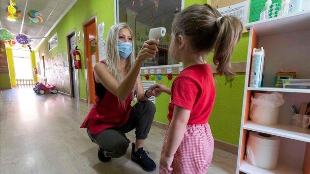 Control de temperatura a los niños en una escuela
