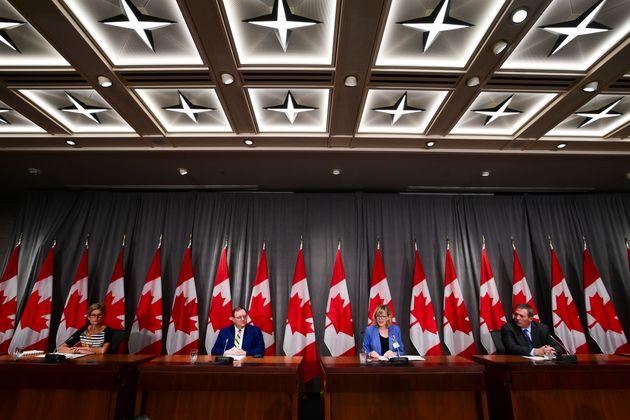 Des fonctionnaires canadiens tiennent une conférence de presse pour faire le point sur une série de cyberattaques...