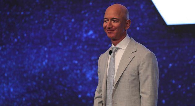 El fundador de Amazon, Jeff Bezos, en la Cumbre Espacial JFK en la Biblioteca Presidencial John F. Kennedy en Boston ...