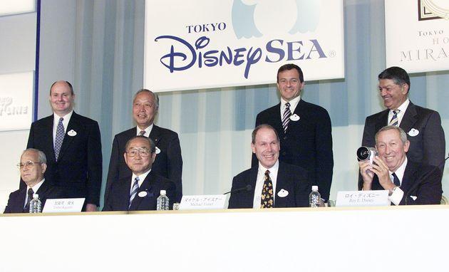 東京ディズニーランド隣接地に建設された新テーマパーク「東京ディズニーシー」が開業。記念撮影する(前列左から)オリエンタルランドの加藤康三会長、加賀見俊夫社長、ザ・ウォルト・ディズニー・カンパニーのマイケル・アイズナー会長兼最高経営責任者、ロイ・ディズニー副会長(全て当時=2001年9月4日)