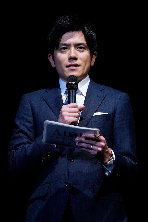 映画「AI崩壊」のジャパンプレミアで司会をする日本テレビの青木源太アナウンサー(東京都江東区の豊洲PIT)