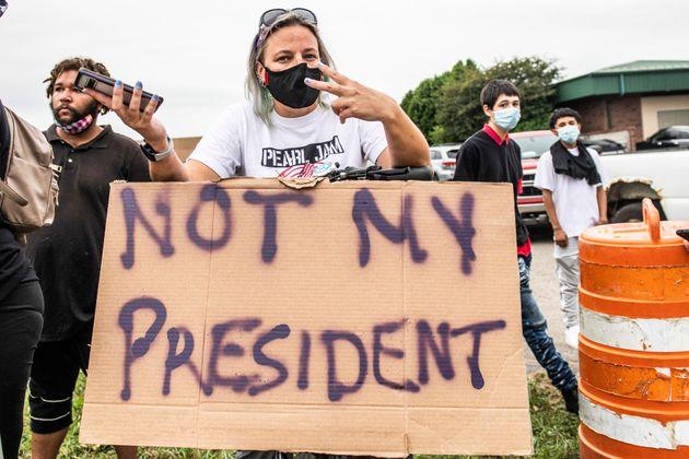 트럼프 대통령의 커노샤 방문을 반대하는 시위와 환영하는 시위가 시내 곳곳에서 열렸다.커노샤, 위스콘신주. 2020년