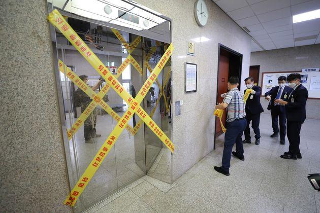 국회 본청에 근무하는 국민의힘 당직자가 코로나19 확진을 받은 가운데 3일 방호요원들이 국회 본청 2층을 폐쇄하고 있다.