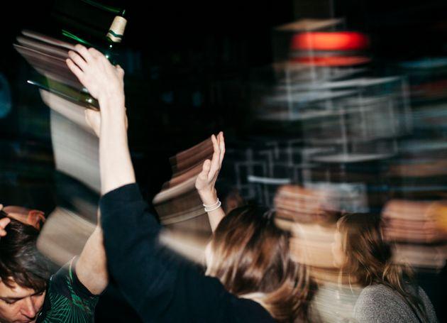 Torna dall'Ungheria, va a una festa in Abruzzo ma è positiva: 40 ragazzi in