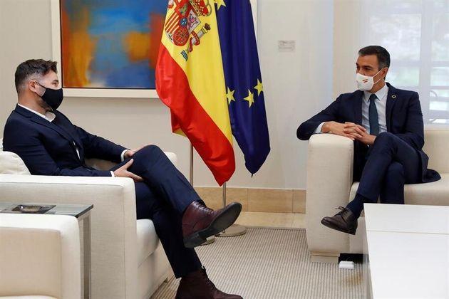 El portavoz de ERC en el Congreso, Gabriel Rufián (izq), junto al presidente del Gobierno, Pedro Sánchez,...