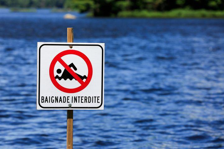 Baignade interdite sign in a lake