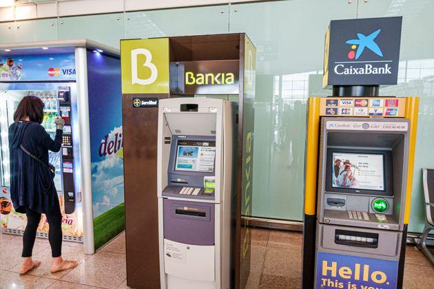 Un cajero de Bankia y uno de CaixaBank en el aeropuerto de Barcelona - El Prat Josep