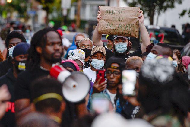 대니얼 프루드의 체포 순간을 담은 영상이 공개된 이후, 사건 발생 장소 인근에서 경찰의 과잉체포에 항의하는 시위가 열렸다. 로체스터, 뉴욕주. 2020년