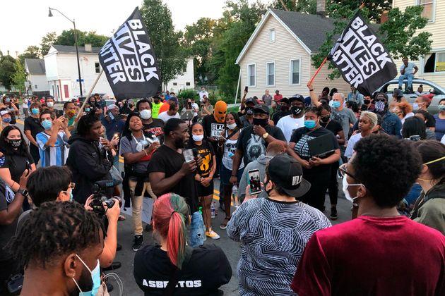 대니얼 프루드의 죽음에 항의하는 시위는 체포 영상 공개 이후 이틀째 계속됐다. 로체스터, 뉴욕주. 2020년