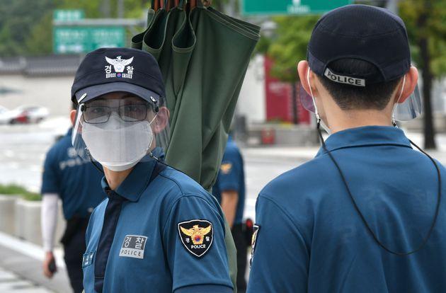 8월 31일 서울 광화문광장에서 근무 중인 경찰들이 마스크를 쓰고