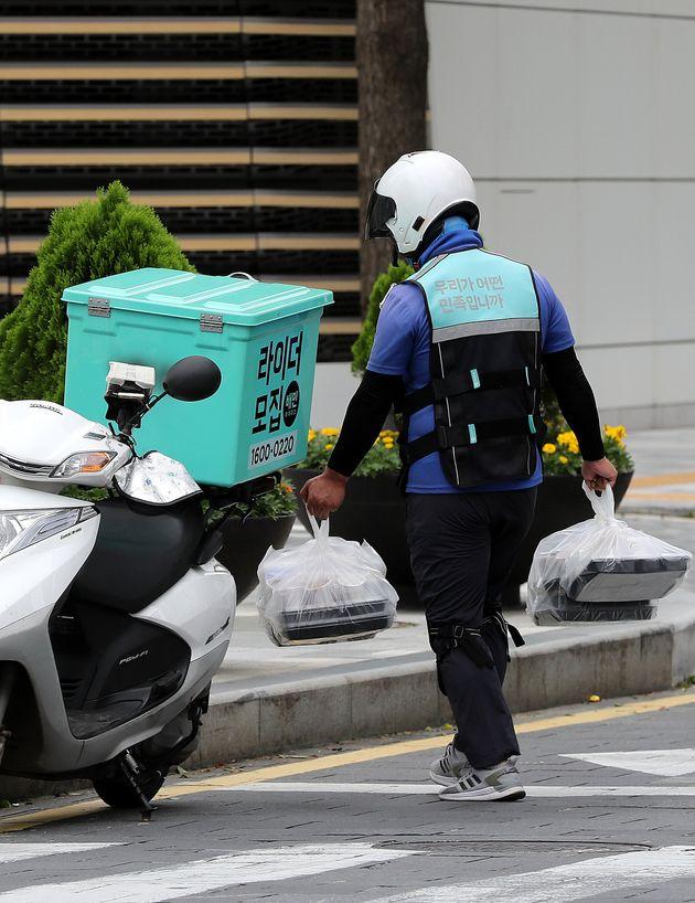8월 31일 오후 서울시내에서 한 배달업체 직원이 도시락을 배달하고