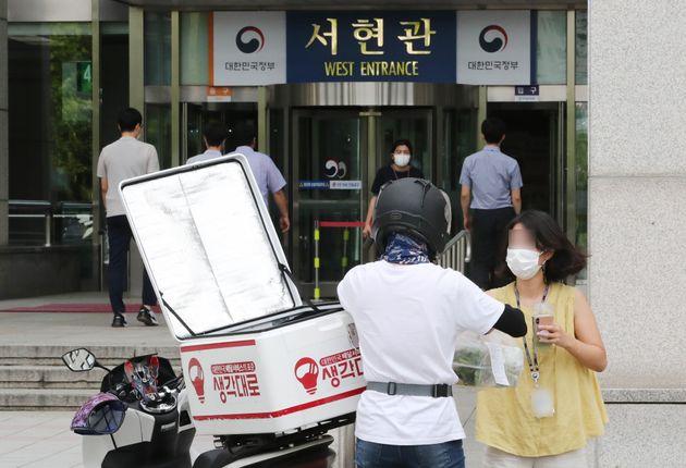 정부대전청사 공무원들이 8월 31일 청사 출입구에서 배달음식을 받아가고