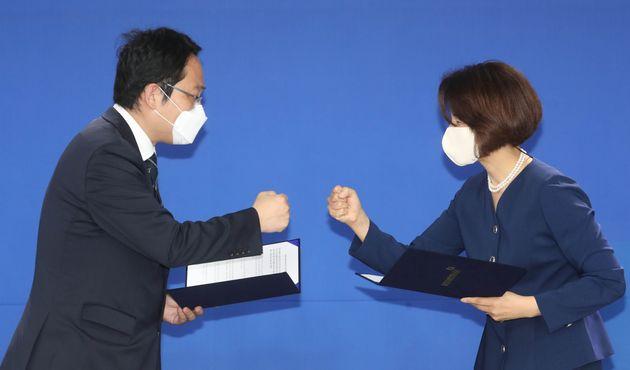 한정애 더불어민주당 정책위의장(오른쪽)과 최대집 대한의사협회장이 4일 오전 서울 여의도 민주당사에서 정책협약 이행 합의서에 서명 후 주먹을 맞대고