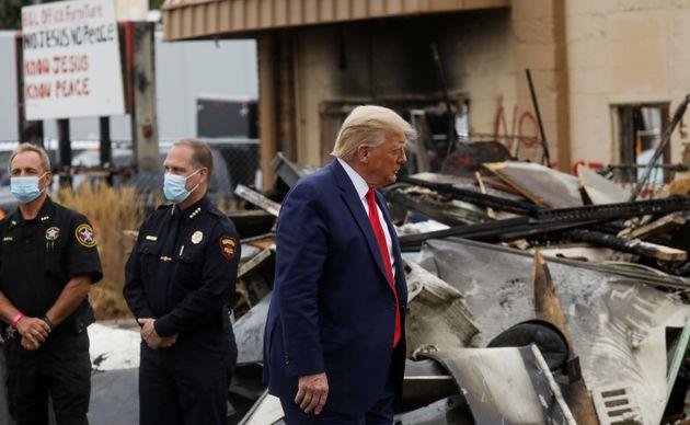 도널드 트럼프 미국 대통령이 제이콥 블레이크에 대한 경찰의 과잉 총격에 항의하는 시위대에 의해 파괴된 상점들을 둘러보고 있다. 커노샤, 위스콘신주. 2020년