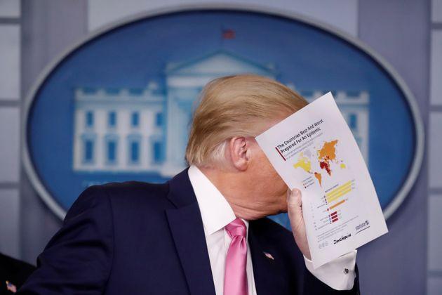(자료사진) 도널드 트럼프 대통령이 백악관 코로나19 브리핑을 하고 있다. 전 세계에서 가장 많은 확진자와 사망자가 발생한 미국의 코로나19 확산세는 여전히 계속되고 있다. 2020년