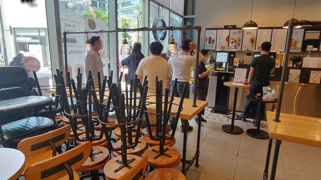 사회적 거리두기 2.5단계가 실시되면서 프랜차이즈형 커피전문점은 영업시간과 관계없이 포장·배달 주문만 가능하다. 지난 1일 오후 서울 종로구의 한 커피전문점