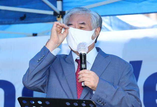 전광훈 사랑제일교회 담임 목사가 2일 오전 서울 성북구 사랑제일교회 앞에서 기자회견을 하고 있다.