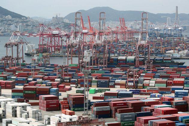 1일 부산 남구 신선대부두에 컨테이너가 쌓여있다. 이날 한국은행이 발표한 2분기 실질 국내총생산(잠정)에 따르면 2분기 실질 국내총생산(GDP)는 전기대비 3.2%감소했으며, 금융위기...
